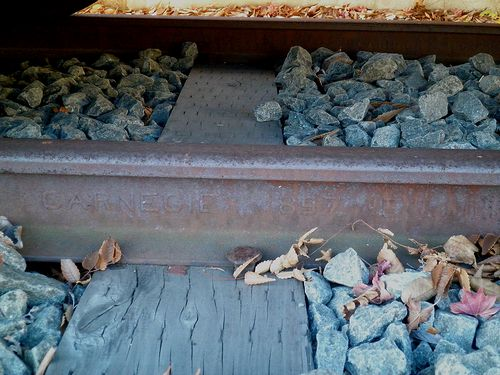 「CARNEGIE」製のレール(河口湖駅前・2013年11月30日)