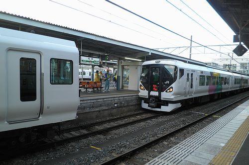 長モトE257系「M-205」編成と「M-112」編成の連結シーン(2013年12月1日・松本駅)