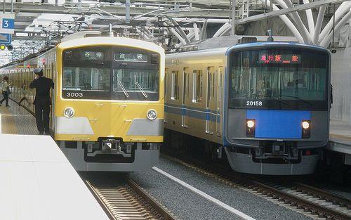 西武3000系(3003F) (左)・20000系(20158F ) (右)(2012年4月4日・石神井公園駅)
