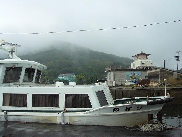 雨の粟島港