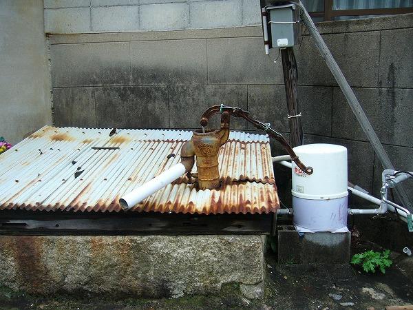 井戸にポンプ