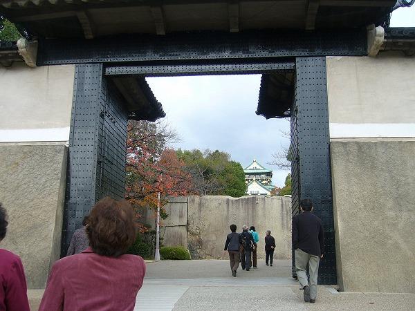 歩いて移動、大阪城