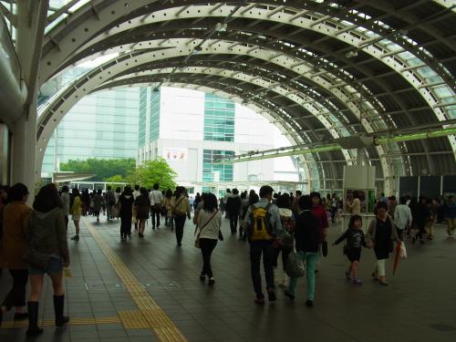 130511-008新都心人混み(S)