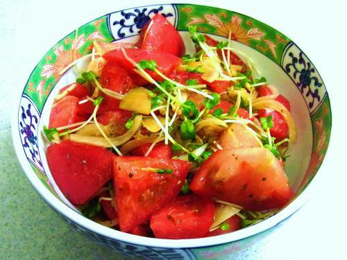 130804-231トマトと玉ねぎとかいわれのサラダ(S)