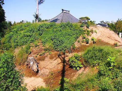 高坂高斉寺の土塁