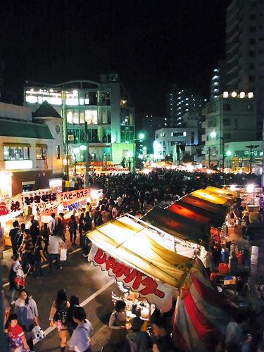 夜の本川越駅前