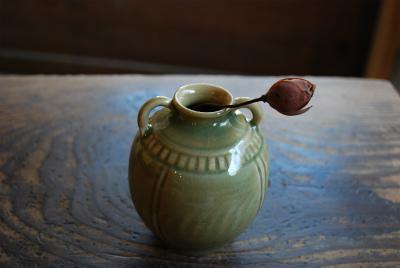 うぐいす釉シノギ手付き瓶