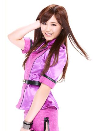 ピンク色のジャケットを着用し笑みを浮かべている鷲尾伶菜