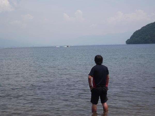 猪苗代湖で感慨にふけるこがねえむし