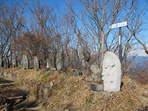 南向きに並ぶ石像群