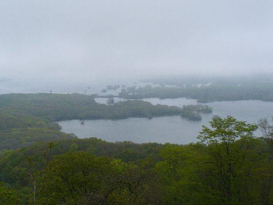 霧に霞む大沼公園