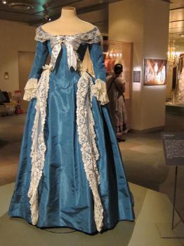 「シュミーズドレス」がイギリスから輸入したモスリンを使っていることもあって非難されたので、素材にはフランスの絹織物を使い、