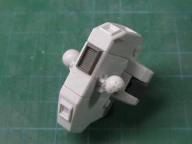 【HGUC】Hi-ν 腰部スタンド接続穴用の蓋 を付けた図
