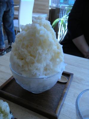 こっちはほうじ茶かき氷スペシャル!やっぱりフワッふわの氷にすっきり爽やかで香ばしい夏向きのほうじ茶みつがかかってます。うんまい(*^_^*)
