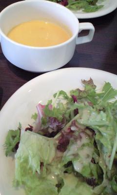 サラダと本日のスープ。