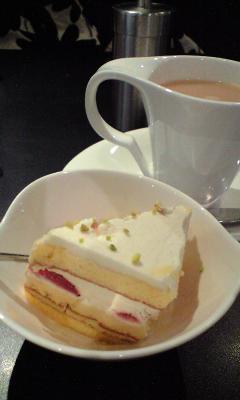 ミニケーキはランダムに出してくれるそうです。アッサリ美味しい!!