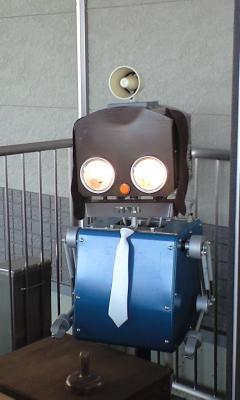 遊園地内の至る所に案内役ロボットさんが