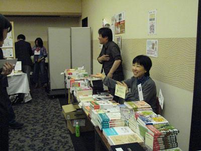 さまざまなジャンルの本が並ぶ