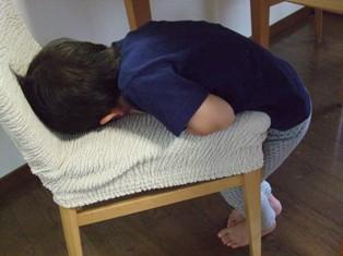 椅子で寝る・1