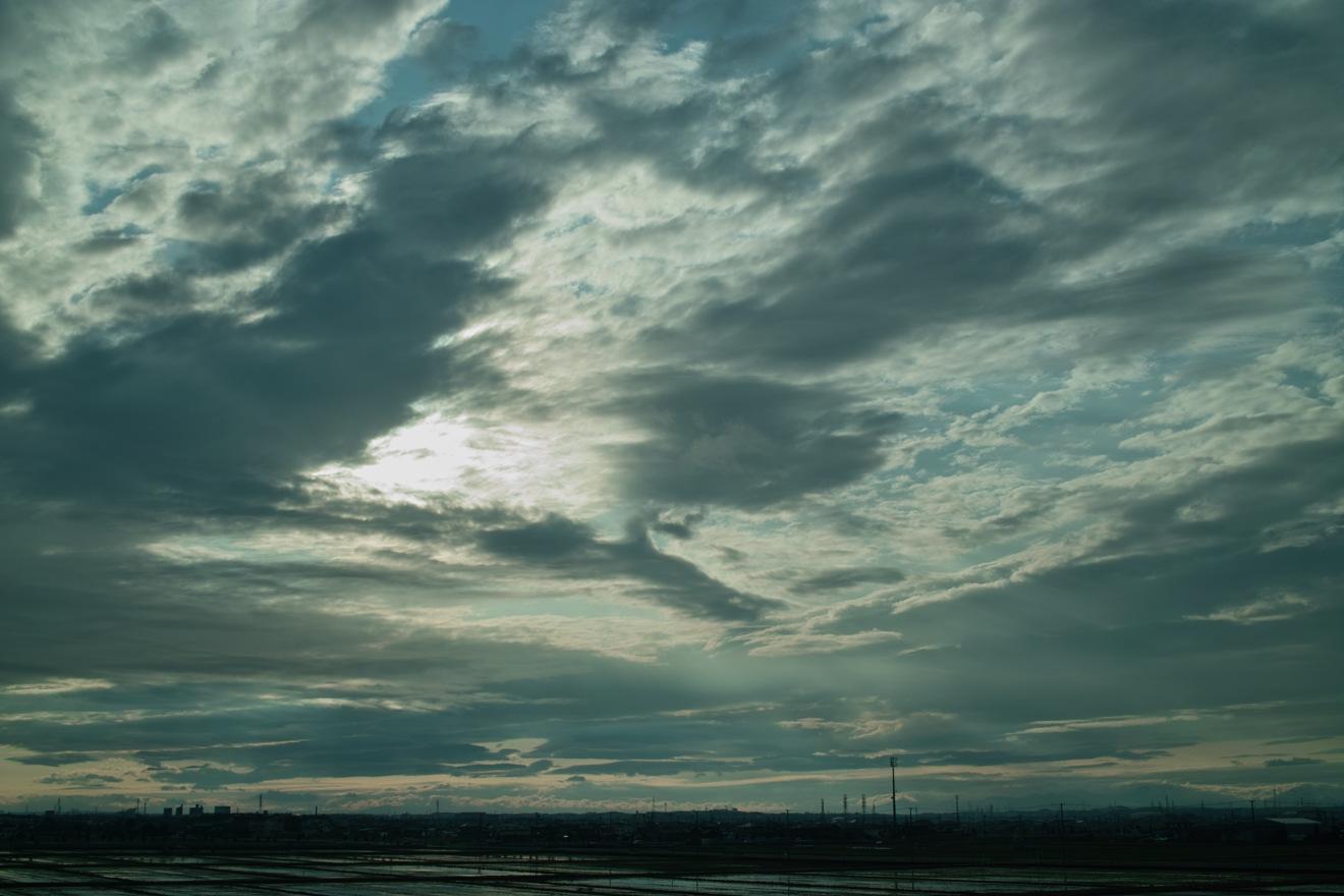 雲の間から光が…