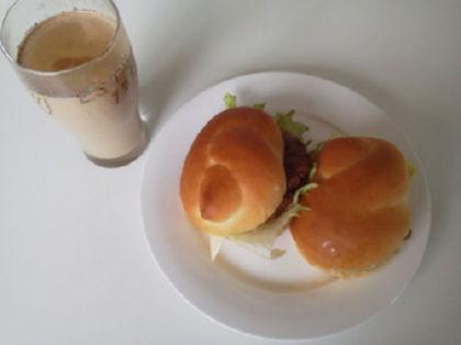 ハンバーガーとコーヒー牛乳