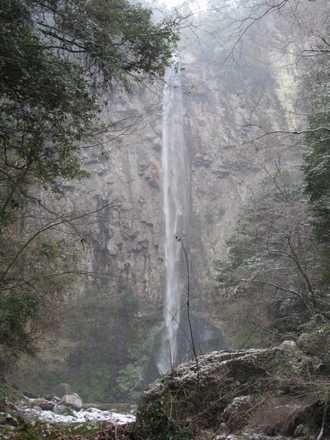 雪の東椎屋の滝2