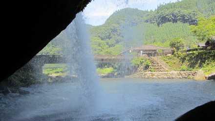 滝の裏 1