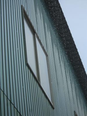 屋根から落ちる水