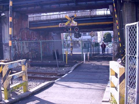 東海道本線貨物支線・高島線の三菱ドック踏切G