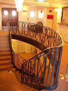 氷川丸のA-Bデッキ間の階段 E