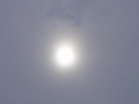 厚い雲の向こうの太陽