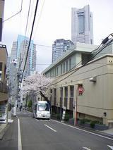 宮崎町を走るハマちゃんバスとランドマークタワー