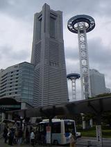桜木町駅バス停のハマちゃんバスとランドマークタワー