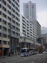 野毛町を走るハマちゃんバスとランドマークタワー