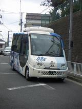 くらやみ坂を下るハマちゃんバス