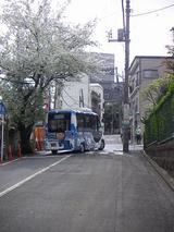 右へ曲がるハマちゃんバス