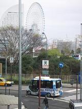 左へ曲がるハマちゃんバスと観覧車
