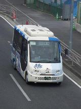 桜木町駅前を走るハマちゃんバス