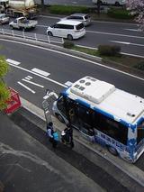 横浜桜木郵便局バス停でドライバー交替をするハマちゃんバス