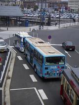 弁天橋でフツーのサイズのバスと並んだハマちゃんバス