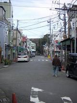 振り返ってみた通りの全景、正面は中村八幡宮です