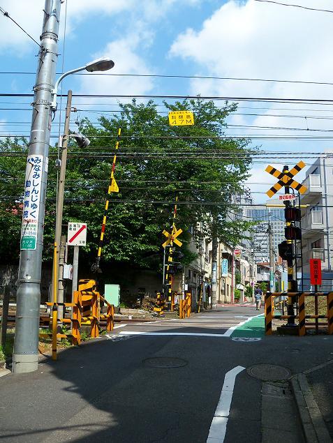小田急の南新宿3号踏切道@東京都渋谷区A
