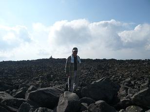 蓼科山頂はごおろごろした大きな岩でいっぱい