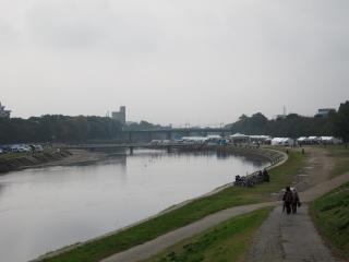 殿橋から秋の市民まつり会場を見る