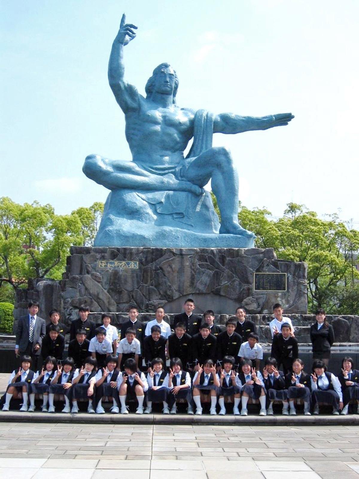 学生集合パンチラ http://blog-imgs-42.fc2.com/o/m/o/omochi22/2010316100018.jpg