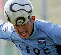 おもしろサッカーSEO対策!-ヘディングを見せる横浜FC・FWカズ