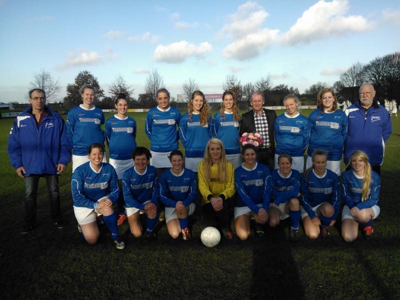 スカートユニの女子サッカーチームFC de Ract