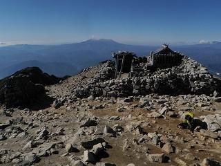 8 本岳山頂の駒ヶ岳神社と御嶽遠望