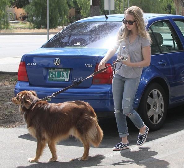 Amanda+Seyfried+Out+Dog+Finn+Ozw3-flmaRwl.jpg