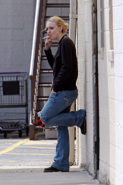 Dakota+Fanning+sneaks+smoke+outside+back+door+ibIglofHE5Fl.jpg